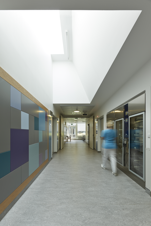 Fig. 3: Hvidovre hospital, ovenlys i gangareal. Ovenlysets lysning er afgørende for hvor meget dagslys, der kommer ned. Ved at åbne lysningen ud, kommer der mere dagslys ned, end ved en traditionel, rektangulær ovenlysskakt. Rådgiver: Sweco (tidligere Grontmij)